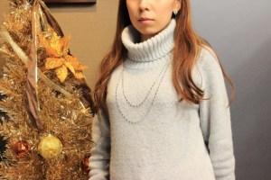 タートルネックを着ている女性