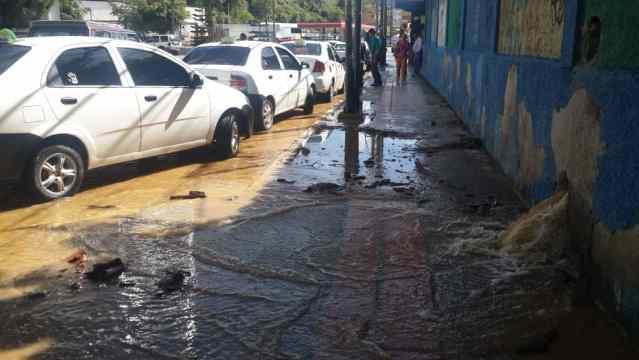 Fractura en tanque de Hidrocapital provoca pérdida de millones de litros de agua en Los Salias