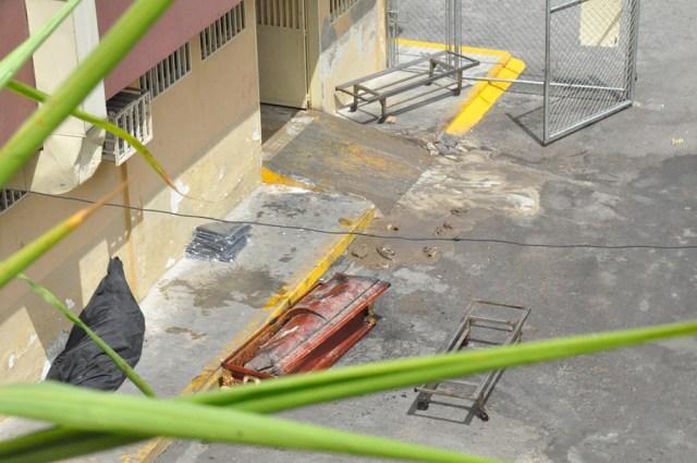 A falta de nylon funcionarios de morgue de Los Teques piden pabilo para coser los muertos