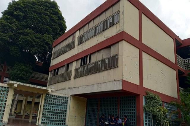 A punta de luz solar y linternas reciben clases alumnos de escuela técnica en Los Teques
