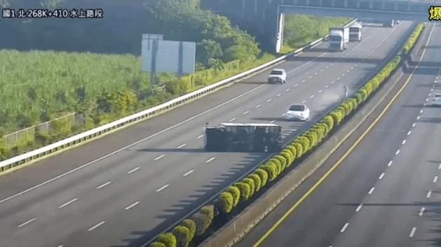Piloto automático de un Tesla no vio a un camión volcado en medio de la vía y el resultado es inminente