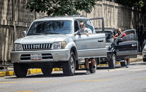 """Venezuela tiene otro """"virus"""" por combatir: Las colas para surtir gasolina"""