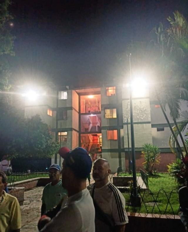 Ante indiferencia de Corpoelec y alcaldía  vecinos de El Barbecho compraron e instalaron reflectores