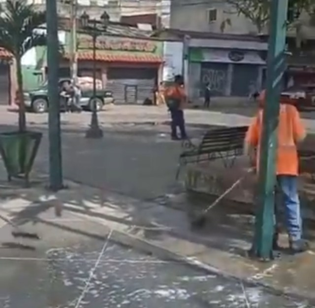 Alcaldía de Los Salias realizó limpieza de la plaza Bolívar en San Antonio