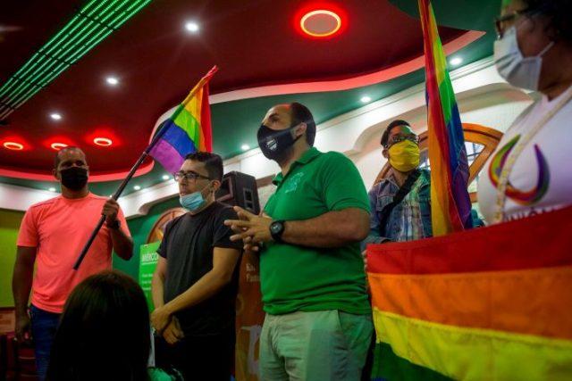 Discurso, baile y protesta: así reclamaron miembros de la comunidad LGBTI en restaurante de Chacao