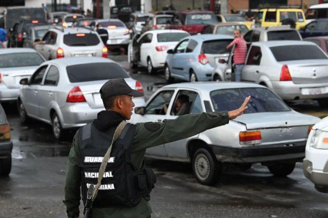 Más del 60 % de los conductores que hacen cola por gasolina en Altos Mirandinos son de otros estados