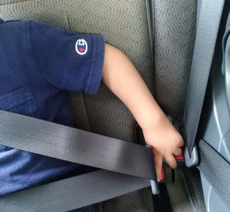 シートベルトを子どもが自分で外せてしまう