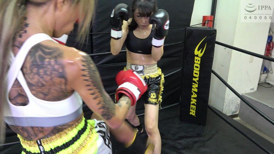 全身タトゥー黒ギャル女子格闘家鮫島るいとマッスル熟女神崎まゆみがガチのキックボクシングで汗だく失神KO!