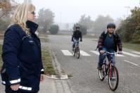 Flüchtlinge auf dem Verkehrsübungsplatz mit den Polizisten Berthold Pfeifer und Ellen Haber