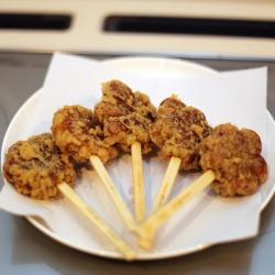 広島県・宮島の「紅葉堂」のもみじ饅頭を串揚げにした「揚げもみじ」