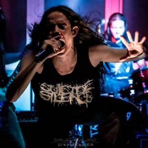 Héitor Amenaza como vocalista en Impaled Corpses