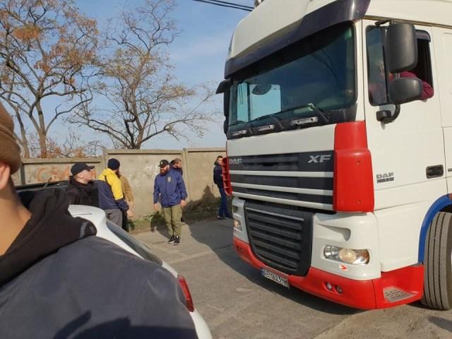 Фура с овцами выехала из Черноморска, волонтеры - за ней. Фото