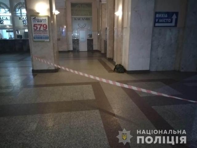 Из здания ж/д вокзала в Одессе эвакуировали 500 человек из-за подозрительной сумки. Фото