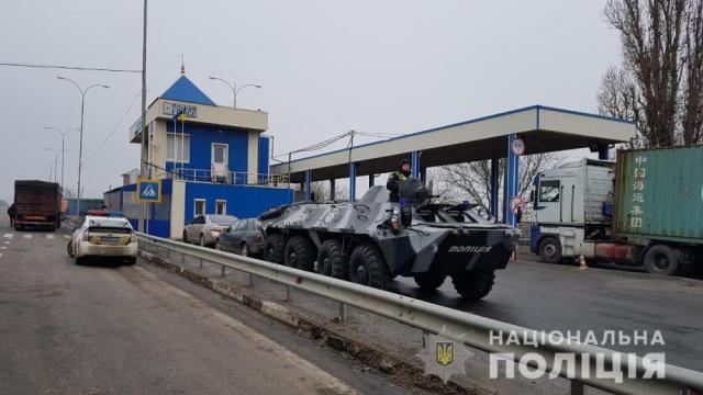 «Тотального стоп-контроля нет»: на въездах в Одессе поставили бронетехнику. Фото, видео