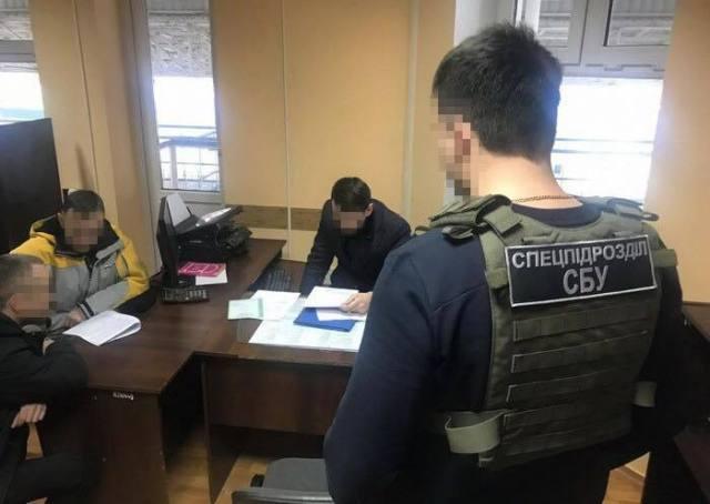 В Одесской области таможенник брал у «евробляхеров» взятки и «помогал» им «легализовать» автомобили. Фото