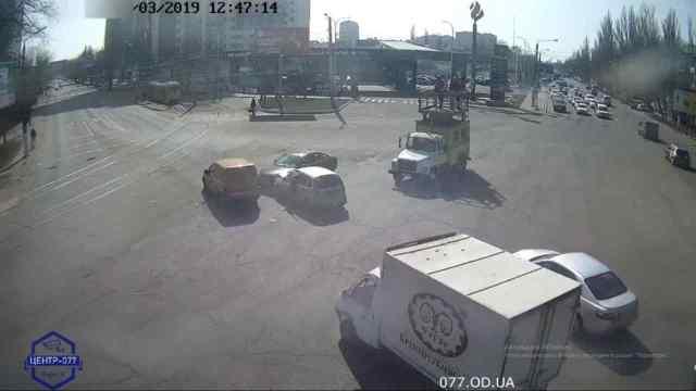 В Одессе на оживленном перекрестке водители столкнувшихся автомобилей устроили драку. Видео