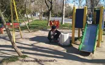 В Одессе решили привести в порядок скамейки и площадки на побережье. Фото