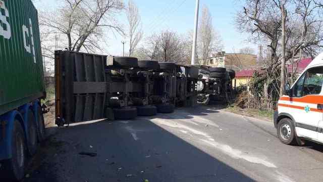 В Одессе столкнулись две фуры, одна из них упала на бок