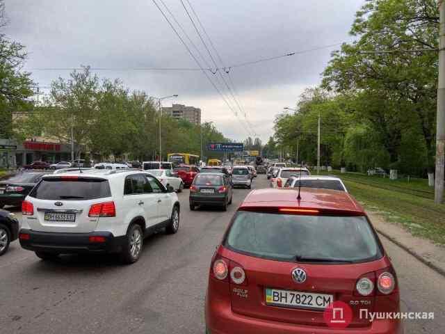 Лучше объезжать: из-за ДТП и ремонта дороги на Среднефонтанской Одессу «сковали» пробки. Фото