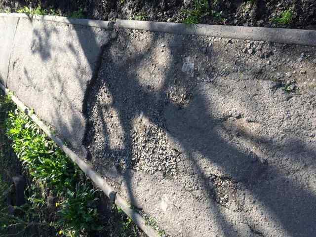 Убрать имя Марата Королева и залатать ямы: одесситы просят отремонтировать тротуары на трёх улицах в Одессе. Фото