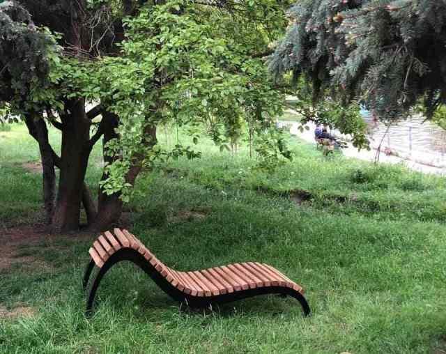 В одном одесском парке появилось первое кресло-лежанка. Фото