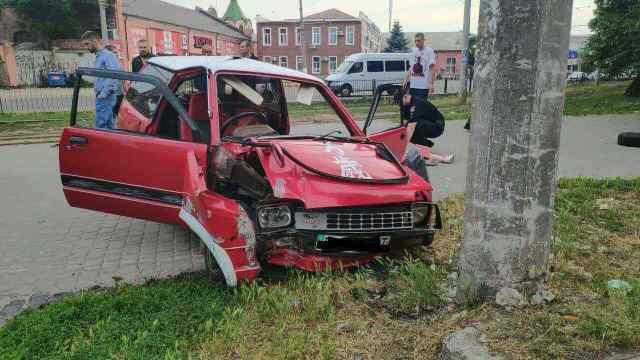 В Одессе девушка-водитель не справилась с управлением и врезалась в столб