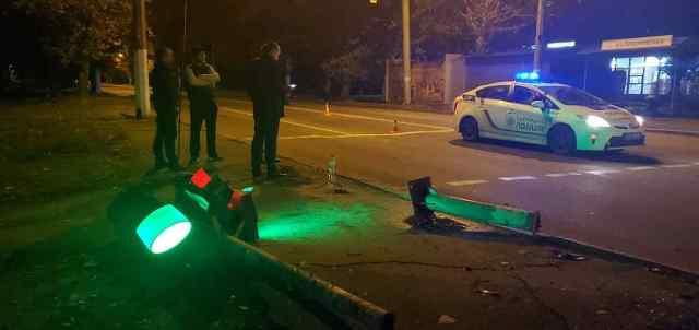 В ДТП на поселке Котовского в Одессе снесли светофор. Фото