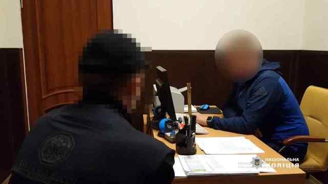 В Одессе иностранец вскрыл ножницами машину и украл оттуда сумку с документами. Видео