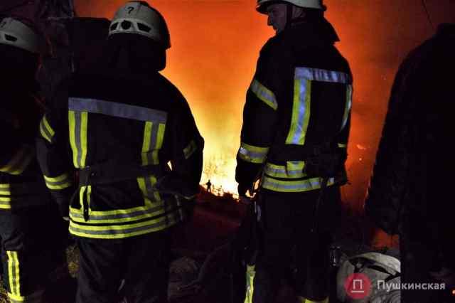 В Одессе возле «Привоза» загорелся Mercedes. Видео