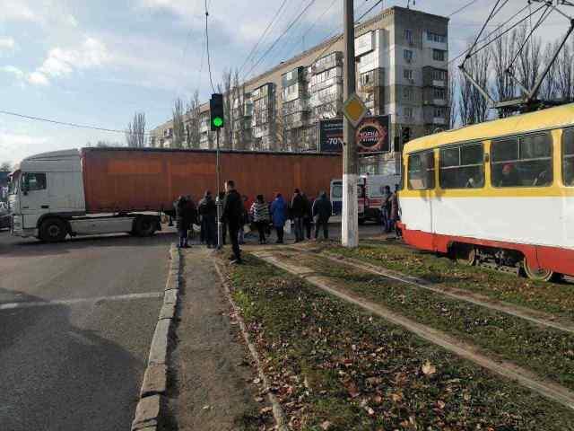 На поселке Котовского грузовик сбил двоих пешеходов: 76-летняя одесситка погибла