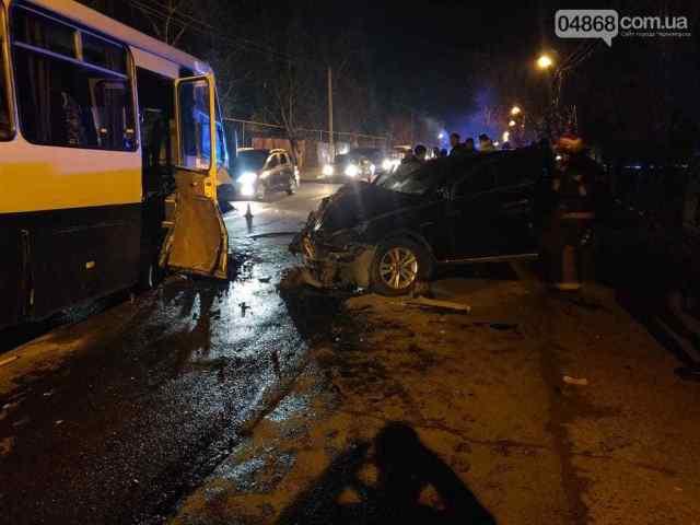 Под Одессой столкнулись маршрутка и легковушка: есть пострадавшие. Видео