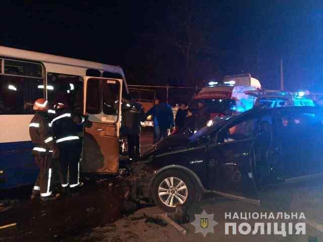 В ДТП под Одессой пострадало восемь человек: часть из них пришлось доставать спасателям