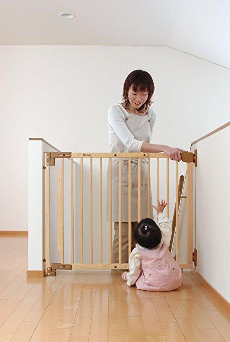 赤ちゃんの階段からの転落防止のために、階段上ベビーゲート