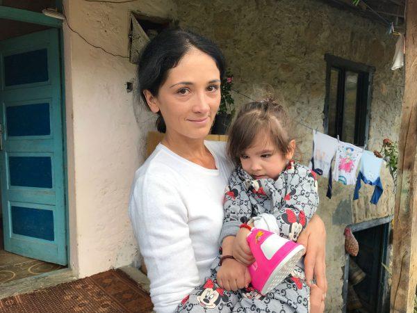 Непокретна трогодишња девојчица на литијама у Црној Гори