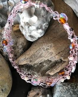 Häkeldrahtarmband mit rosa Draht und verschiedenen Glassteinen und Perlen -2