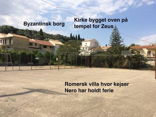 Billede af Kassiopi by med forklarende tekst