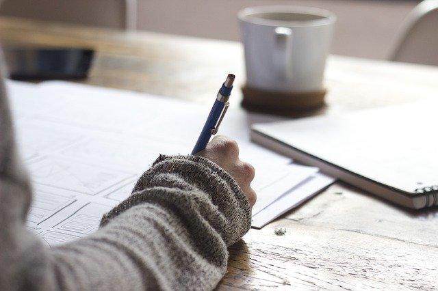 手紙を書く人の画像