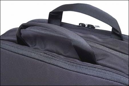 ザノースフェイス シャトルデイパック NM81602 K ブラック 黒 カラーバリエーション 配色 写真 画像 リュック リュックサック ザック バックパック ナップサック デイパック 人気 商品 表面 上 トップ部分 持ち手 2本 クッション性 良好 優秀 グラブハンドル 安定感 高い 手 痛くならない 長時間 移動 持ち運び 手で持つ