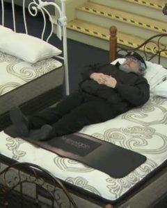 Parodia de George RR Martin en una cama