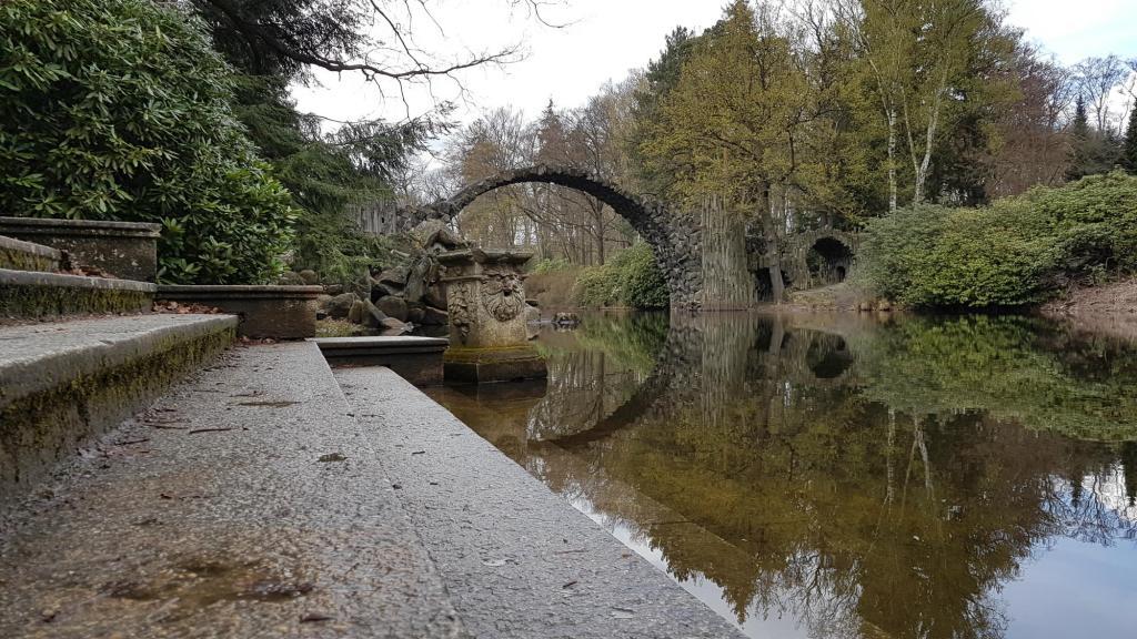 Most Rakotz w parku rododendronów w Kromlau