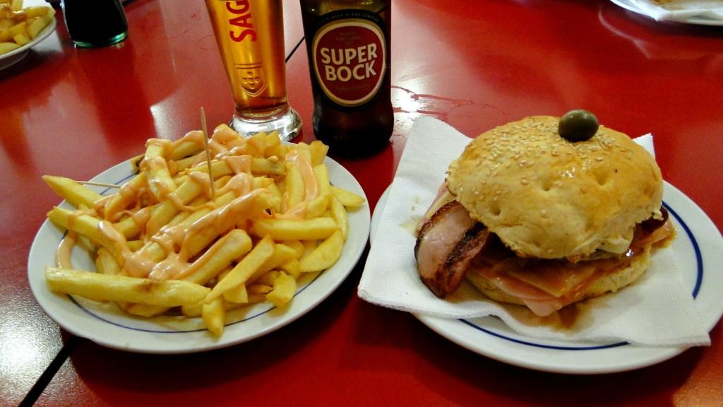 Zwiedzanie ciekawych miejsc w Aveiro - pyszne hamburgery w barze Ramona
