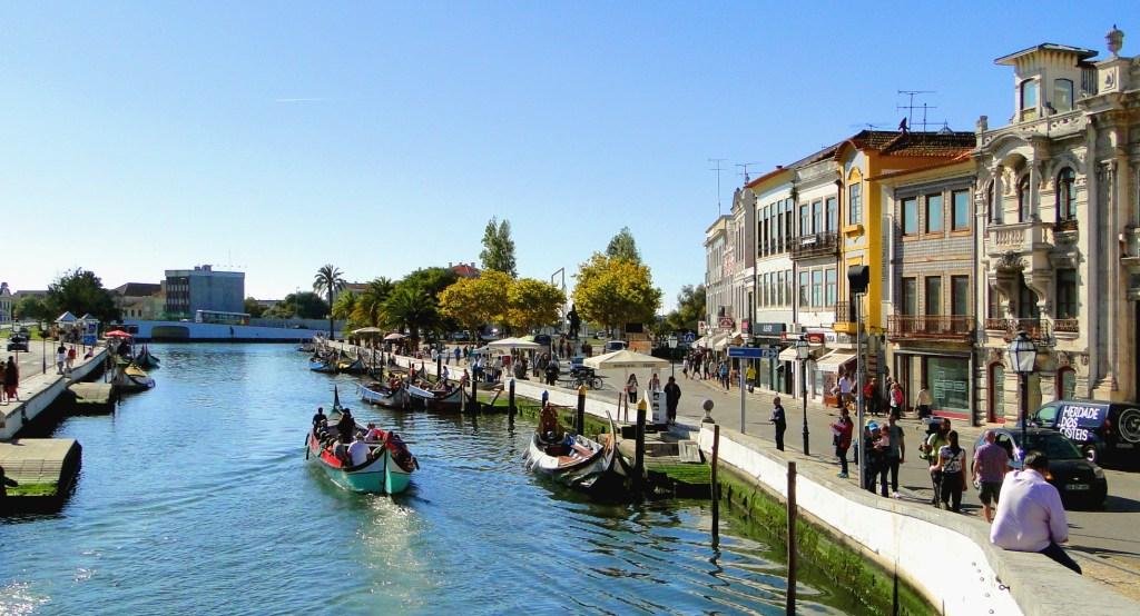 Zwiedzanie ciekawych miejsc w Aveiro - widok na główny kanał