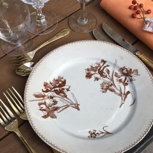 Louise et Juliette Vaisselle, location Assiettes vintage fleurs rouges, couverts de table argents, verres cristal, vaisselle vintage mariage, Location vaisselle Montpellier, Perpignan