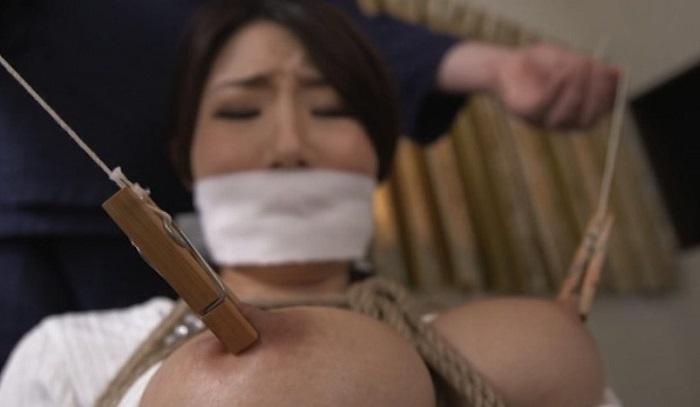 マゾ巨乳を乳首クリップ責め!サラシ猿轡で緊縛の篠田あゆみを木柱固定の極太ディルドで強制自慰させてみる