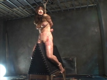 絶対隷従にエクスタシーするアルゴグラニーM女!竹竿緊縛に蝋燭責めの三角木馬、そして熾烈な一本鞭責めで絶頂する森下さやか