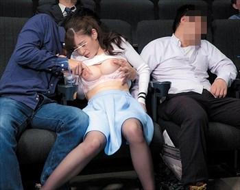 映画館で痴漢に乳首一点集中でこねくり回されて彼氏の目を盗んでこっそりイク、変態マゾな巨乳娘