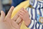 赤ちゃんが物をつかむのはいつ?動画で見る成長の記録たち!