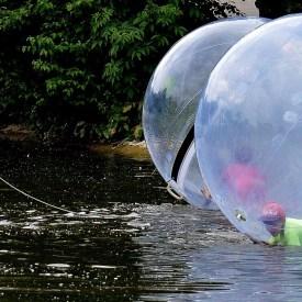 Wasserballons auf einem See mit spielenden Kindern