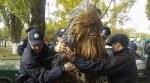【もう地球人は信じられない!】ウクライナで「ダース・ベイダー」候補を応援した「チューバッカ」が選挙法違反で逮捕!?「ダース・シディアス」は当選!政治家をゴミ箱に捨てる「ゴミ箱キャンペーン」も