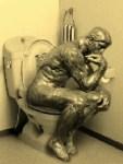 【便秘の方必見!】洋式トイレの排便姿勢は「考える人」が理想!